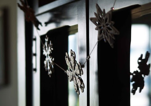 snowflake garland tutorial by laura williams, for acherryontop.com
