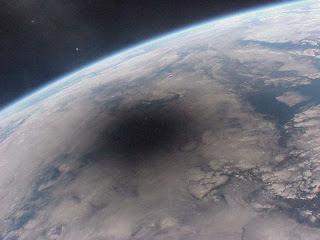 Foto de un eclipse solar sobre la Tierra