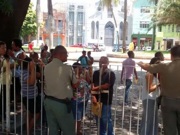 Cartório eleitoral do Forte das Cinco Pontas foi fechado devido ao grande número de eleitores para fazer a biometria (Foto: Antônio Coelho/TV Globo)