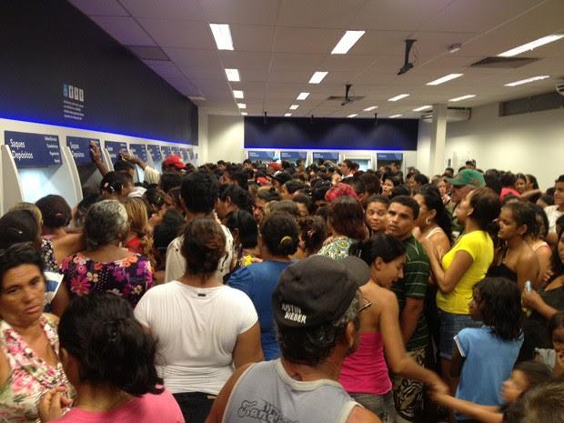 Beneficiários do Bolsa Família lotaram agências na tarde deste sábado (18) (Foto: Walter Paparazzo/G1)