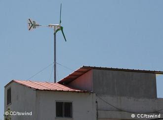Microgerador eólico instalado no telhado de uma residência