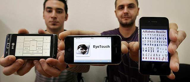 Roberto Vega y Abel Prieto muestran en sus teléfonos móviles la estructura de Eye Touch, la aplicación que permitirá a los invidentes escribir en la pantalla táctil de un móvil. | Enrique Carrascal