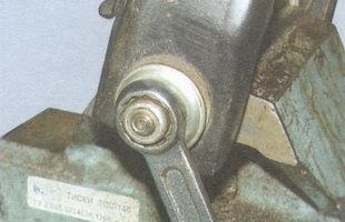 статья про Замена сайлентблоков нижнего рычага передней подвески на автомобиле ВАЗ 2106