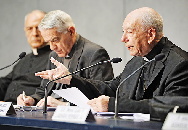 Cardinal Francesco Coccopalmerio (R), president of the Vatican Pontifical Council for Legislative Texts, reads Pope Francis' details on the marriage annulments reforms in the Vatican press hall on November 8, 2015. In a letter to believers, the Argentinian pontiff said annulments would require approval by only one church tribunal, rather than two as currently. A streamlined procedure is to be introduced for the most straightforward cases and access to hearings will not cost anything, the letter states. AFP PHOTO / ANDREAS SOLARO ORG XMIT: ROM3088