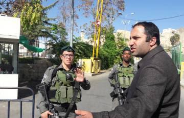 Issa Amro, ante un puesto de control israelí en Hebrón.