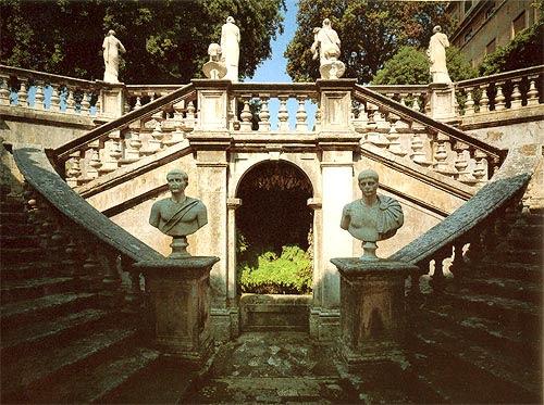 La duplice rampa d'accesso al giardino dell'Aurora, concepita e realizzata dal Vasanzio