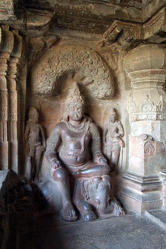 In einem Seitenschrein ist ein Yaksha mit einem Elefanten