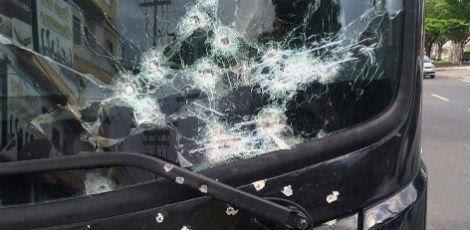 Cerca de vinte disparos atingiram o veículo  / Foto: Cavaleiros do Forró/Divulgação