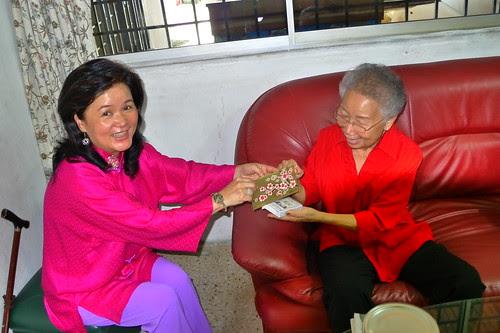 Mom gives grandma angpow