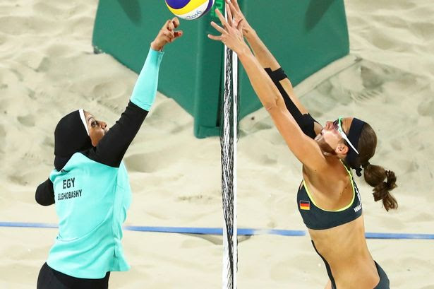 Doaa Elghobashy (EGY) of Egypt and Kira Walkenhorst (GER) of Germany compete