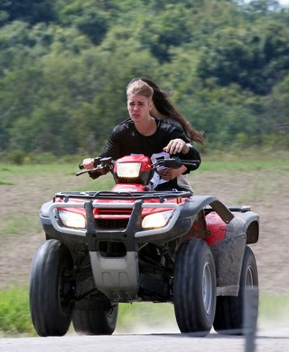 Justin Bieber, na sexta-feira, dirigindo quadriciclo (Foto: PacificCoastNews/The Grosby Group)