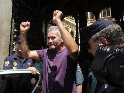 Diego Cañamero, con los brazos en alto, a su salida hoy del Tribunal Superior de Justicia de Andalucía, en Granada. -EFE