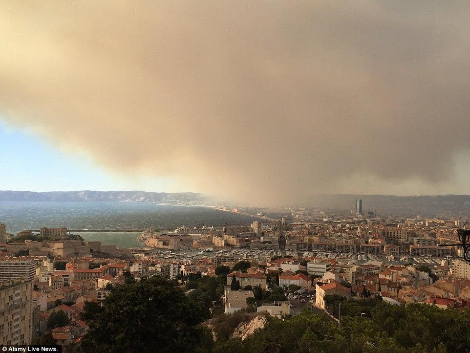 Fumaça de um incêndio perto de Fos-Sur-Mer deriva em todo o centro de Marselha, uma grande cidade portuária