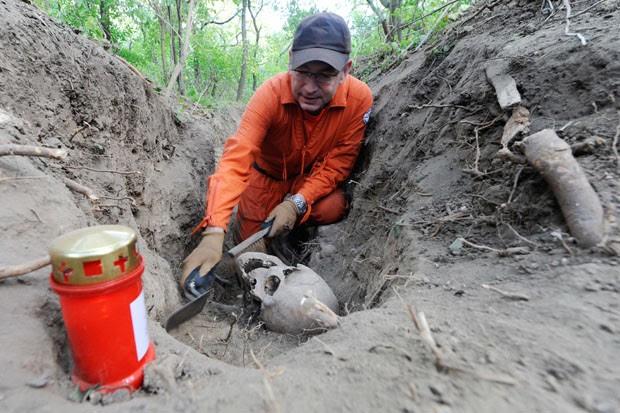 Homem encontra crânio em escavção no Leste da Alemanha (Foto: MAURIZIO GAMBARINI/AFP)
