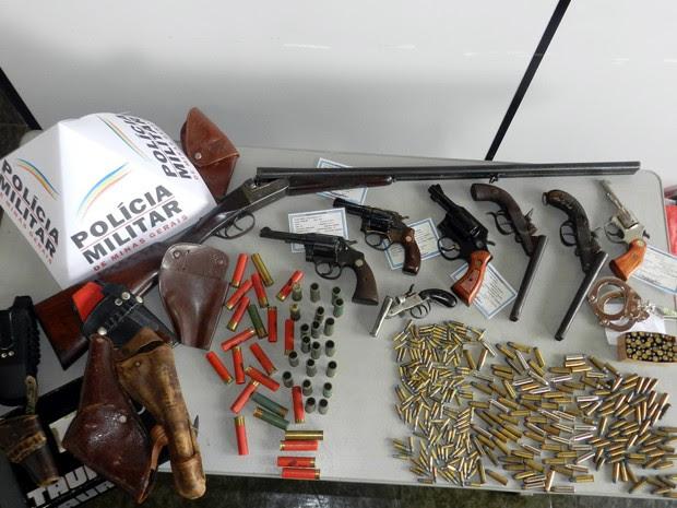 Oito armas de fogo e 410 munições foram apreendidas em Conceição do Rio Verde (Foto: Polícia Militar Ambiental)