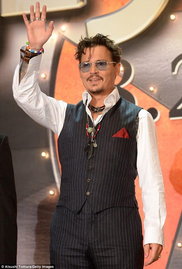Olhando bem: Johnny Depp era suave em um terno risca de giz no Japão estréia de seu novo filme The Lone Ranger, em Tóquio na quarta-feira
