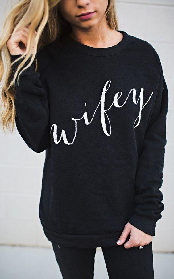 ein wifey sweatshirt in schwarz kann getragen werden während der kalten Tage