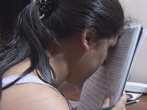 Beatriz nasceu com uma doença degenerativa no nervo ótico (Foto: Reprodução / TV Tribuna)