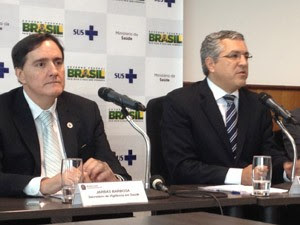 Jarbas Barbosa (esq.), secretário de Vigilância em Saúde do ministério, e Alexandre Padilha, ministro da Saúde, apresentaram os dados sobre a dengue (Foto: Mariana Gurgel/G1)