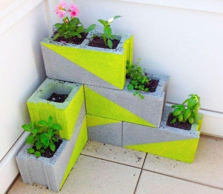 Resultado de imagem para horta suspensa em blocos de cimento