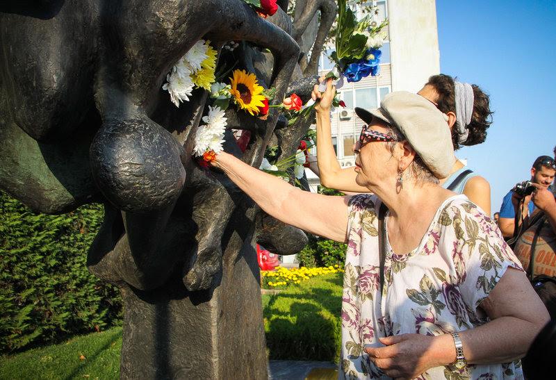 Κατάθεση λουλουδιών στο Μνημείο Ολοκαυτώματος στην Θεσσαλονίκη/ Φωτογραφία Eurokinissi
