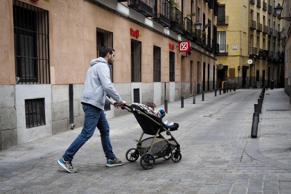 Un padre pasea a su hijo en Madrid