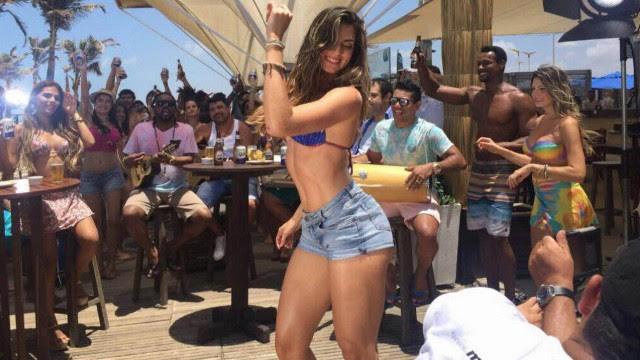 Renata Molinaro dança ao som do samba de Xande de Pilares numa praia de Fortaleza