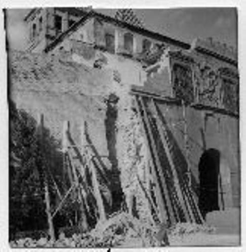Derribo de las viviendas adosadas a la Puerta de Bisagra a mediados del siglo XX. Foto Rodríguez