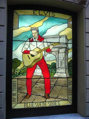 Elvis outside Hard Rock Cafe Rome
