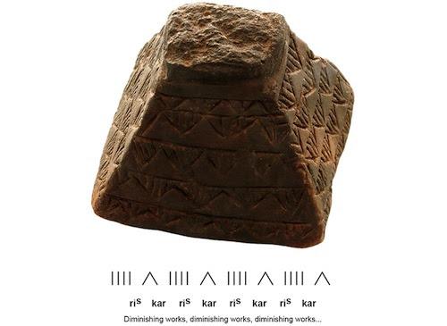 Un modelo de una pirámide de barrio con inscripciones