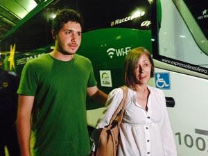 Sobreviventes: João Paulo desembarcou no Rio ao lado de Maria Elizabeth (Foto: Lívia Torres / G1)