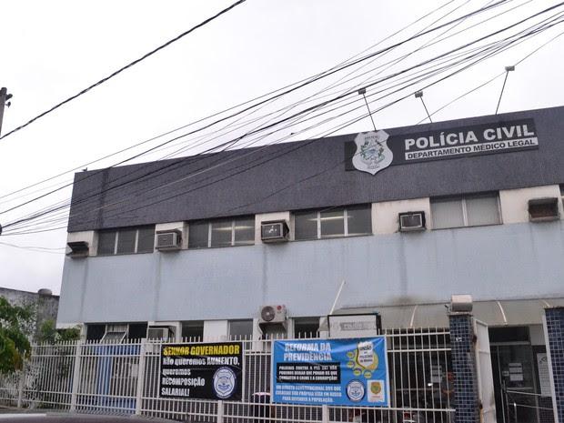 Corpo de jovem morto em Cariacica foi levado para o DML de Vitória (Foto: Viviane Machado/ G1)