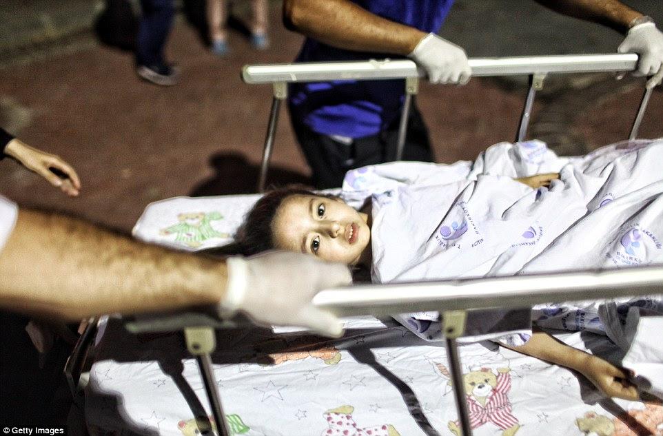 Uma menina ferido é levado em uma maca para o Konuk Hospital Bakirkoy Sadi depois de ser ferido nas explosões no Aeroporto Ataturk