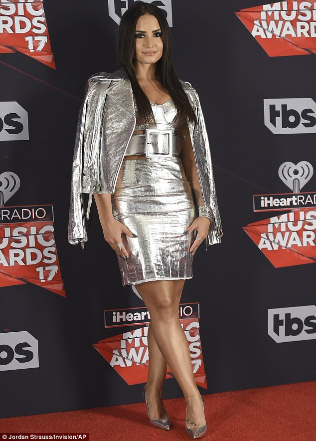Figura oculta: No entanto, a sedutora sedutora os manteve sob o tapete vermelho no iHeartRadio Music Awards