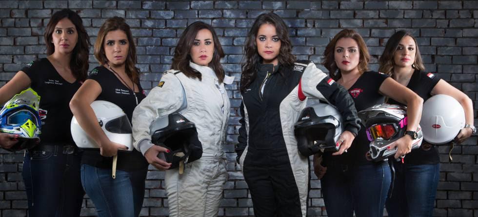 Yara Shalaby (tercera por la derecha) posa junto a su equipo, el Gazelle Rally Team, compuesto exclusivamente por mujeres.