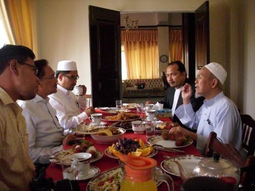 Semua yang hadir sempat Makan bersama TGNA