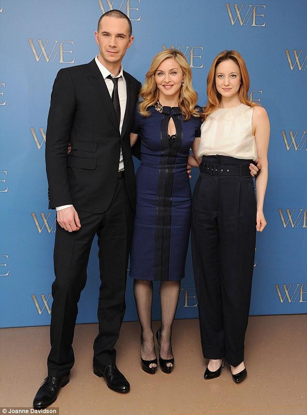 Posando com a turma: Madonna coloca os braços em torno James D'Arcy e Andrea Riseborough