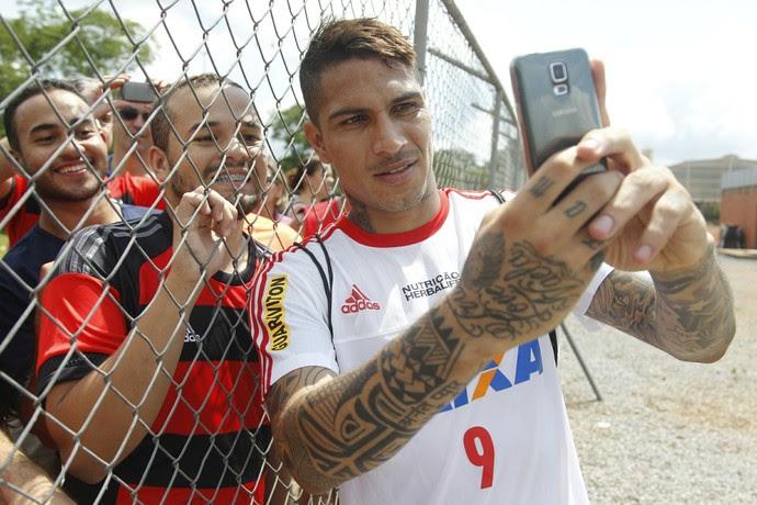 Guerrero tirou fotos e autografou camisas após o treino (Foto: Gilvan de Souza/Fla Imagem)