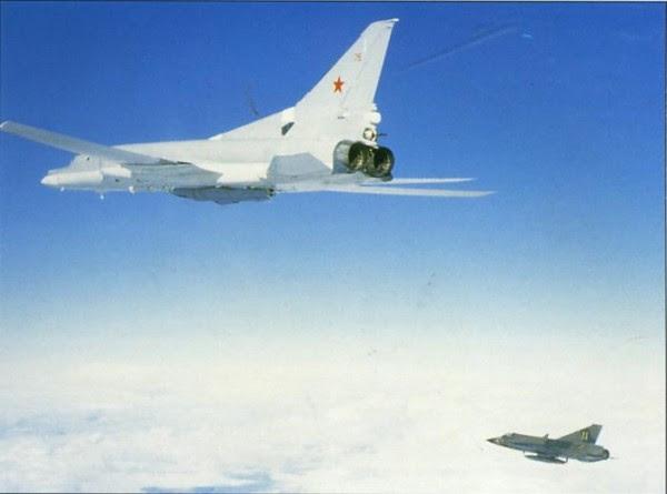 """Tres de las cuatro flotas aéreas navales de la URSS estaban equipados con el Tupolev Tu-22M """"Backfire-B"""", aviones de ataque y reconocimiento de largo alcance y las alas de geometría variable."""
