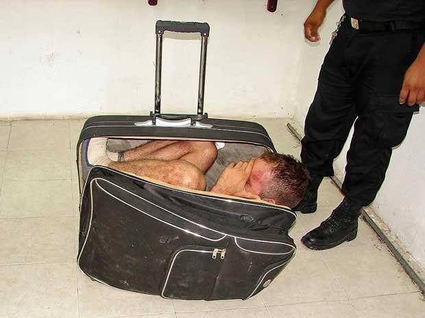 Homem se escondeu numa mala com a ajuda da namorada, mas plano foi descoberto pela polícia. (Foto: AP Photo)