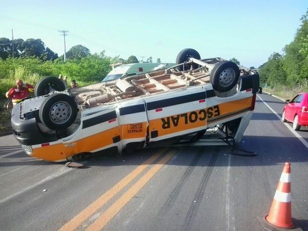 Acidente entre van e picape deixa feridos na BR-101, no Espírito Santo (Foto: Leitor A Gazeta)