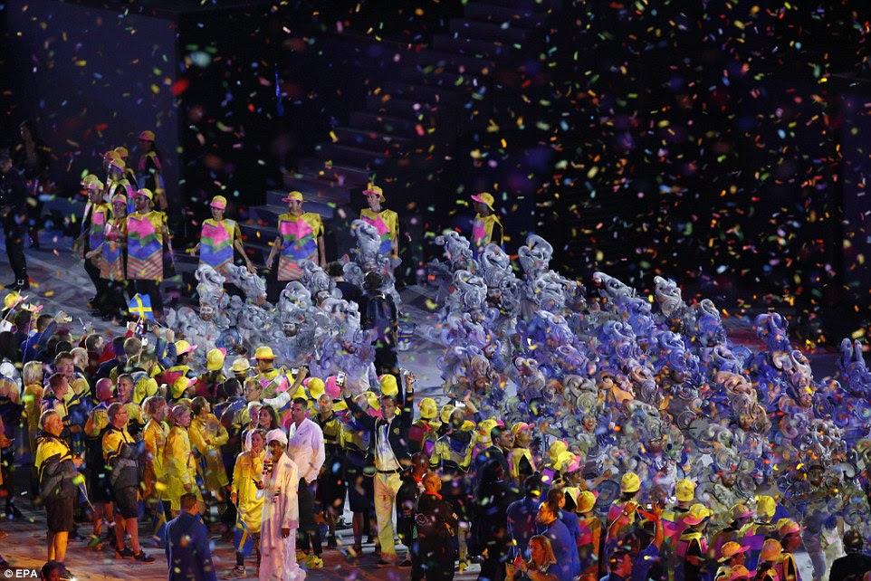 Confetti cai do teto para os dançarinos, logo abaixo, no final da cerimónia