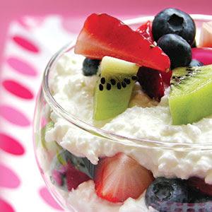 parfait hecho con rodajas de frutas y baja en grasa queso cottage