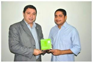 O deputado diplomado Zé Inácio recebe placa de homenagem do reitor do IFMA, Roberto Brandão