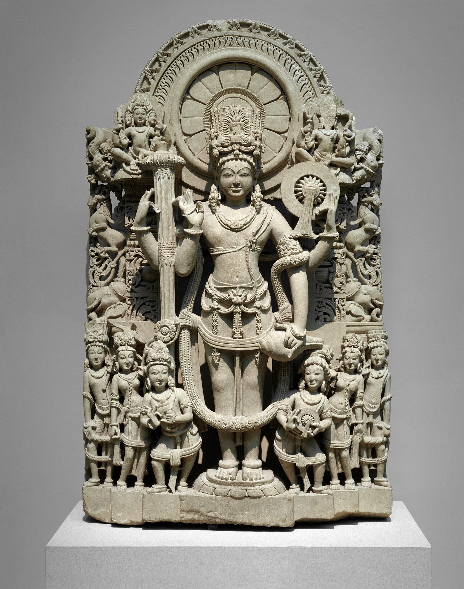 Stèle de grès du Penjab, XIe siècle, Vishnu avec ses divers attributs dont le chakra, disque ou roue, la masse et la conque.