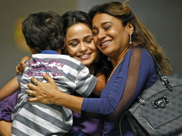Morena até esquece dos problemas ao reencontrar Junior e Lucimar (Foto: Salve Jorge/TV Globo)