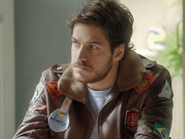 Rafael ouve Madalena e fica pensativo (Foto: TV Globo)