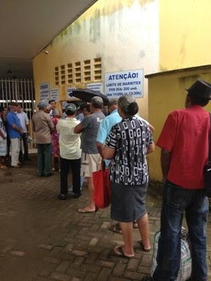 Fila na porta do restaurante começa a se formar pelo menos meia hora antes do funcionamento (Foto: Vanessa Vasconcelos/G1)