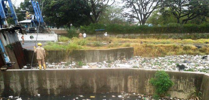 Canales de aguas lluvias están llenos de basura, advierte Consejo del Riesgo de Desastres