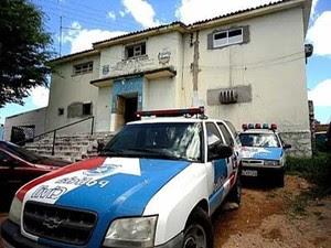 Presos serraram grades e fugiram pela porta da frente da Delegacia de Delmiro Gouveia (Foto: Tribuna União)